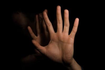 Бив та принижував тітку: поліцейські повідомили буковинцю про підозру у вчиненні домашнього насильства