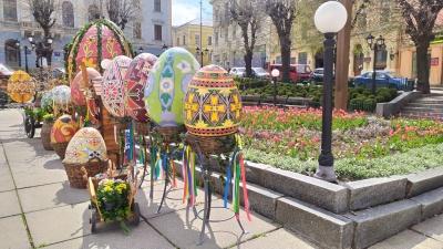 У центрі Чернівців встановили велетенські писанки – фото