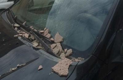 У центрі Чернівців шматок фасаду обвалився на автівку і пошкодив лобове скло