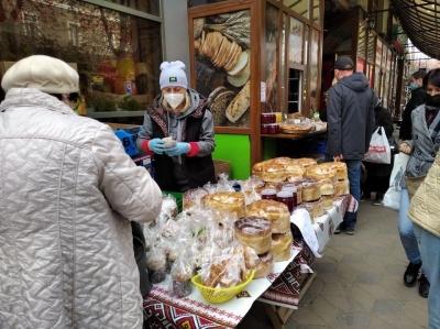 «Сьогодні дешевше, ніж завтра»: що відбувається на ринках Чернівців перед Великоднем – фото