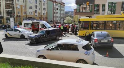У Чернівцях через ДТП по вулиці Героїв Майдану не курсують тролейбуси