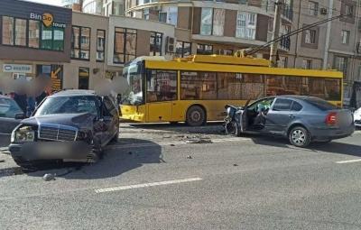 Масштабна ДТП у Чернівцях: винуватець аварії сів за кермо п'яний – фото