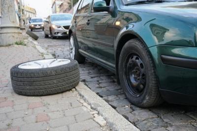 Залетіли в яму: як на Буковині боротись із халатністю дорожників та виграти справу в суді