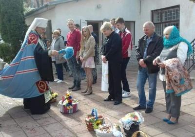 Митрополит Данило освятив кошики у Чернівецькому військкоматі – фото