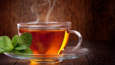 Учені розповіли, кому не можна пити чай під час їжі