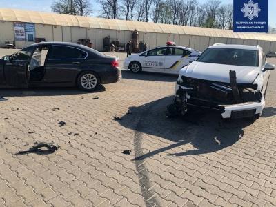 Не розминулись: у Чернівцях посеред ринку зіткнулись два дорогі авто – фото