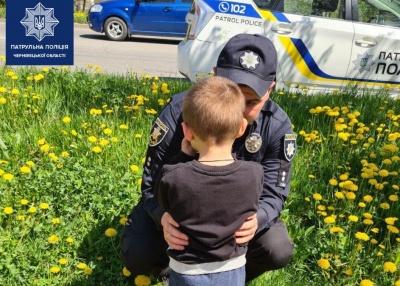 Тато загубив у квартирі сина: чотирирічну дитину на вулиці в Чернівцях знайшли патрульні