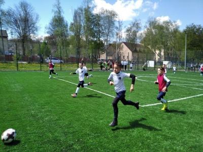 «Були ями, а тепер краса»: у школі Чернівців відкрили сучасний спортмайданчик - фото