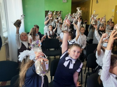 Більше ніж благодійність: «АТБ» передала три тисячі великодніх подарунків дітям із «сірої» зони Донбасу*