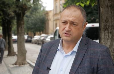 На чому їздить керівництво: головний митник Буковини вразив бюджетною автівкою