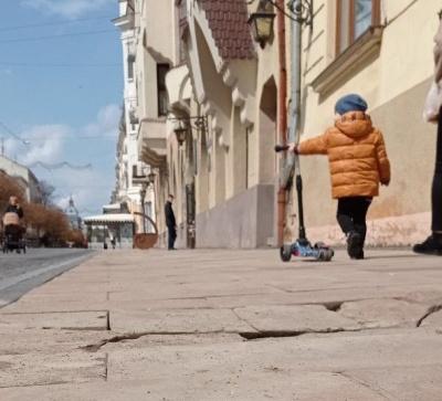 Плитка на вулиці Кобилянської і далі «гулятиме»: у мерії немає коштів  її перекласти