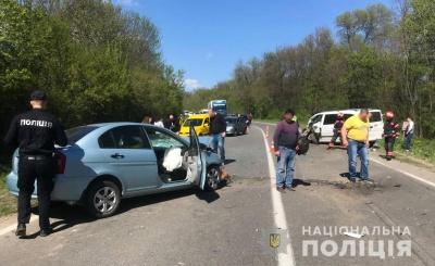 Постраждали водійка та пасажир: у поліції розповіли подробиці моторошної ДТП під Чернівцями