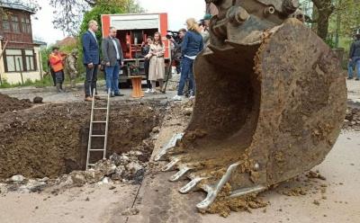 У Чернівцях через прорив труби розрили вулицю, яку ремонтували перед виборами – фото