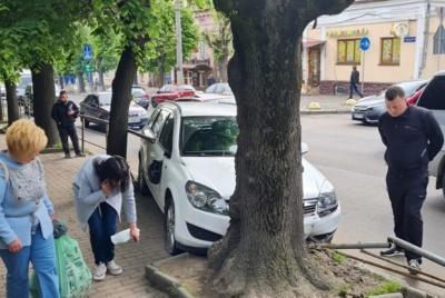У центрі Чернівців легковик протаранив огорожу і врізався в дерево