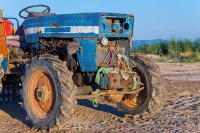 На Буковині пенсіонер випав із трактора та важко травмувався: чоловік помер по дорозі в лікарню