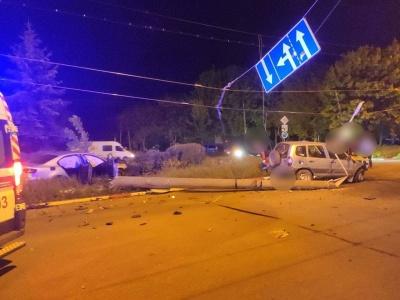Нічна ДТП у Чернівцях: автівка протаранила електроопору – фото