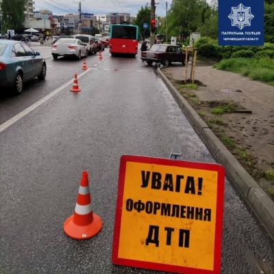 ДТП з тролейбусом у Чернівцях: на вулиці Героїв Майдану ускладнений рух транспорту