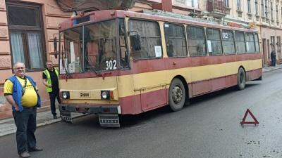 У центрі Чернівців через обрив мережі зупинились тролейбуси – фото