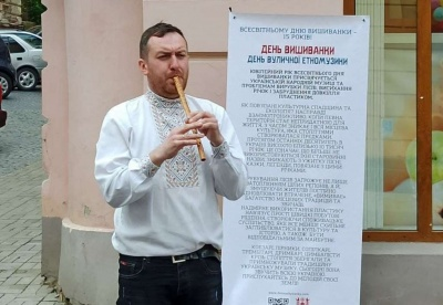День вишиванки в Чернівцях: віртуоз зіграв на екзотичних музичних інструментах на вулиці Кобилянської – відео