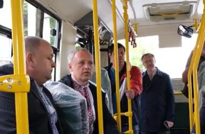 Чернівці придбають 20 автобусів для ЧТУ: Клічук випробував маршрутку на зручність