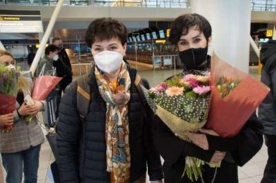 Українці проводжали гурт Go_A в аеропорту Амстердама з квітами і подарунками