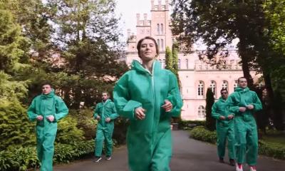 Станцювали у захисних костюмах: у Чернівцях медики швидкої долучилися до танцювального флешмобу – відео