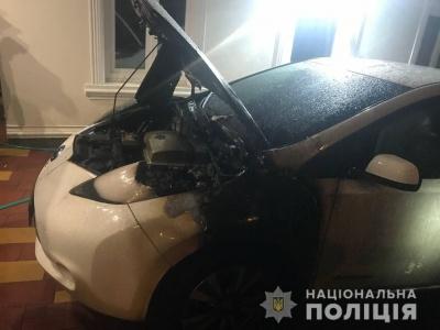У Чернівцях поліцейські розшукують особу, яка вночі підпалила автівку