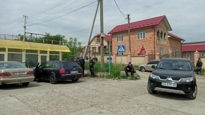 На трасі Чернівці–Порубне через «тарифний» пікет зібралися десятки поліцейських