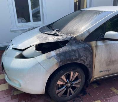У Чернівцях невідомий спалив легковик: з'явилось відео інциденту