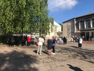 У школах Чернівців пролунали останні дзвоники: як відзначили випускники – фото