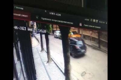 У центрі Чернівців розгулював голий чоловік - відео
