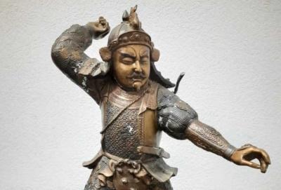 На Буковині митники вилучили в чоловіка півметрову статуетку, яку він незаконно хотів перевезти до Румунії
