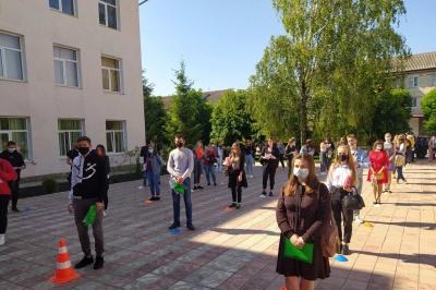 На Буковині у 3 учасників ЗНО виявили «мобілки»: для них іспит завершився