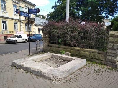 Викорчувані дерева та «білий» Воробкевич: у сквері біля ЧНУ наводять лад - фото