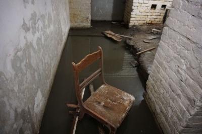 «І так щоразу після зливи»: у центрі Чернівців затопило підвал будинку навпроти ОДА – фото
