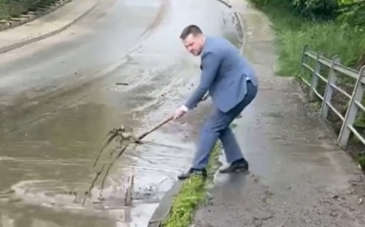 «Лайфхак для влади»: Бешлей з лопатою показав, чому після зливи в Чернівцях затопило вулиці
