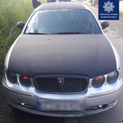 У Чернівцях поліція зупинила водія і виявила в машині зброю та наркотики