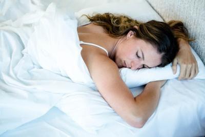 Чому спати на животі — шкідлива звичка