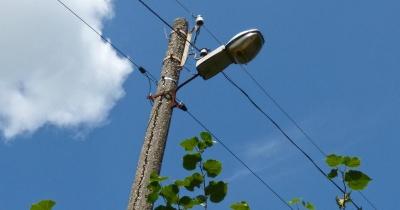 «Міськсвітло» попередило про демонтаж незаконно встановлених кабелів на опорах на вулиці Миру