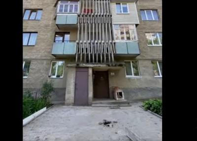 У Чернівцях з 7 поверху впала бетонна балка, яка ледь не розчавила жінку - відео