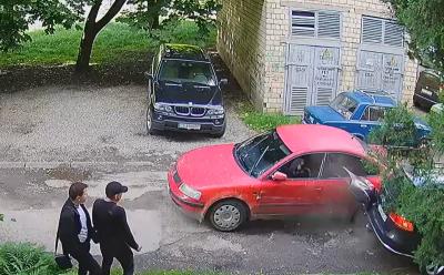 ДТП з «євробляхою» в Чернівцях: перед аварією водій пошкодив ще одне авто і втік – відео