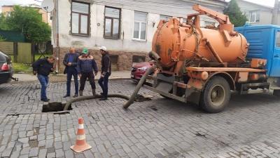 У центрі Чернівців посеред вулиці стався обвал: як він виглядає - фото