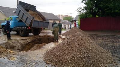 У Чернівцях відновили рух транспорту на вулиці Руській, де стався обвал дороги
