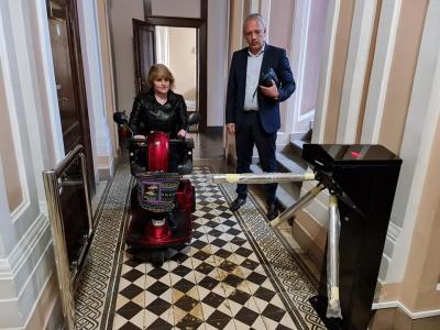 Активістка, яка бореться за доступність у Чернівцях, випробувала турнікет в ратуші