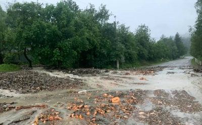 Зливи наробили біди у горах Буковини: річка Черемош вийшла з берегів і затопила дорогу